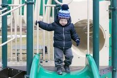 Deux années mignonnes d'enfant en bas âge sur le terrain de jeu Photographie stock