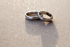 Deux anneaux au-dessus d'un mur attendant le mariage Images stock