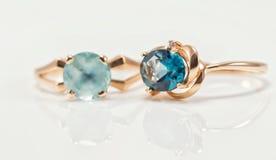 Deux anneaux d'or avec des topazes de différentes couleurs Photographie stock libre de droits