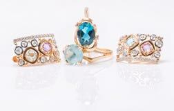 Deux anneaux d'or avec les pierres de topaze de couleur différente et l'ensemble d'e Photographie stock libre de droits