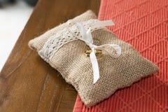 Deux anneaux de mariage attachés dans une protection de toile à sac Photographie stock