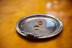Deux anneaux de mariage d'or Photo libre de droits