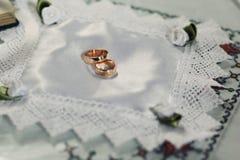 Deux anneaux de mariage d'or chers Photo stock