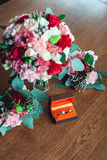 Deux anneaux de mariage d'or dans une boîte orange Image stock
