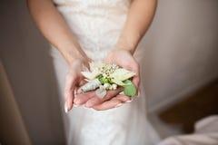Deux anneaux de mariage dans l'infini se connectent un bois Concept d'amour images stock