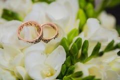 Deux anneaux de mariage dans le signe d'infini Concept d'amour Photo libre de droits