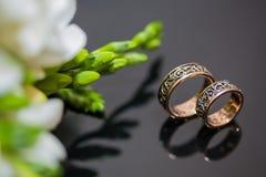 Deux anneaux de mariage dans le signe d'infini Concept d'amour Images libres de droits