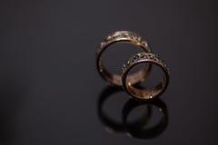 Deux anneaux de mariage dans le signe d'infini Concept d'amour Image libre de droits