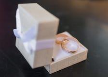 Deux anneaux de mariage dans une boîte à bijoux Photos libres de droits