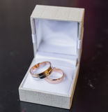 Deux anneaux de mariage dans une boîte à bijoux Photo stock