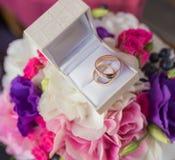 Deux anneaux de mariage dans une boîte à bijoux Images stock