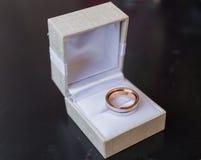 Deux anneaux de mariage dans une boîte à bijoux Photos stock