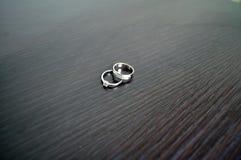 Deux anneaux de mariage en or blanc avec des diamants Photos libres de droits