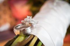 Deux anneaux de mariage sur le bouquet Photo libre de droits
