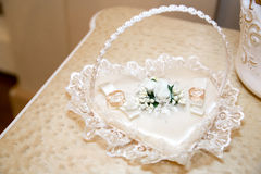 Deux anneaux de mariage sur le coeur blanc Photo stock