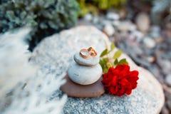 Deux anneaux de mariage sur peu de pierres Concept d'amour Image libre de droits