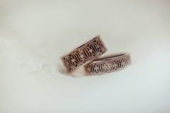 Deux anneaux de noces de diamant splendides sur le fond blanc Concept d'amour Photo stock