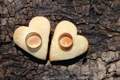 Deux anneaux et coeurs de mariage d'or Images libres de droits