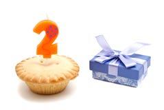Deux ans de bougie d'anniversaire avec le petit gâteau Images stock