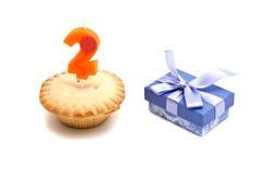 Deux ans de bougie d'anniversaire avec le petit gâteau sur le blanc Images libres de droits