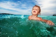 Deux ans de natation de gosse Photos stock
