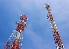 Deux antennes de bâtiment de communication Photos libres de droits