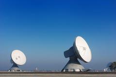 Deux antennes paraboliques Image libre de droits