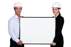 Deux architectes avec l'affiche images stock