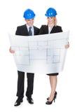 Deux architectes regardant le modèle photographie stock libre de droits