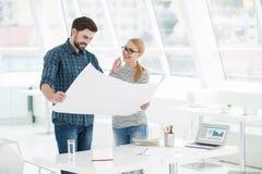 Deux architectes travaillant ensemble dans le bureau images libres de droits