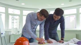 Deux architectes travaillent sur le projet au bureau photos libres de droits