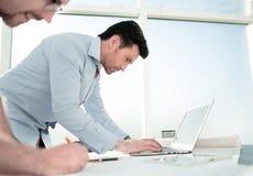 Deux architectes utilisent un ordinateur portable pour le travail photos stock