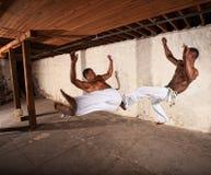 Deux artistes martiaux dans l'entre le ciel et la terre Image stock