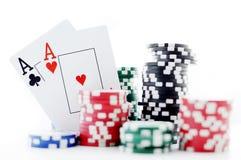 Deux as et jetons de poker Images stock