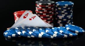 Deux as et jetons de poker, sur un fond noir, avec des tracés Photos stock