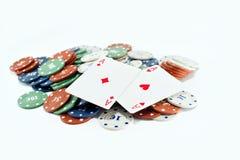 Deux as et piles de casino ébrèche dedans le fond Photos stock