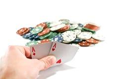 Deux as et piles de casino ébrèche dedans le fond Image stock
