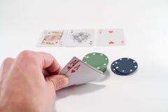 Deux as et piles de casino ébrèche dedans le fond Photographie stock libre de droits