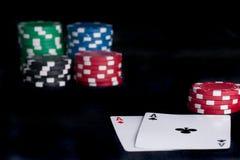 Deux as hauts sur la table noire avec des puces Image libre de droits