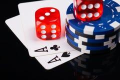 Deux as, jetons de poker et cubes rouges, sur un fond noir avec des tracés Photo stock