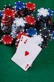 Deux as rouges et une grande victoire, sur la table verte de jeu Photo stock