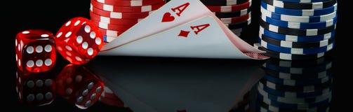 Deux as rouges et une matrice sur un fond noir avec la réflexion Image libre de droits