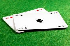 Deux as sur la table de casino de feutre de vert Images stock