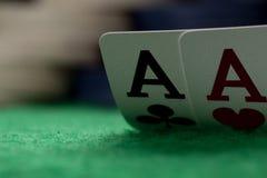 Deux as sur la table verte avec les puces troubles Image stock