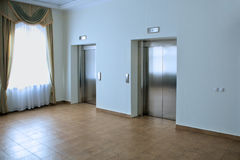 Deux ascenseurs dans un hall d'hôtel Images stock
