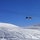 Deux ascenseurs de gondole à la station de sports d'hiver Photos stock