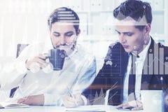 Deux associés dans le bureau, graphiques Photos stock