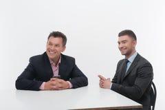 Deux associés de collègues s'asseyant au bureau Photographie stock libre de droits