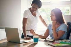 Deux associés de femmes dans une discussion Photo libre de droits