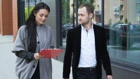 Deux associés discutent la stratégie pour le succès banque de vidéos